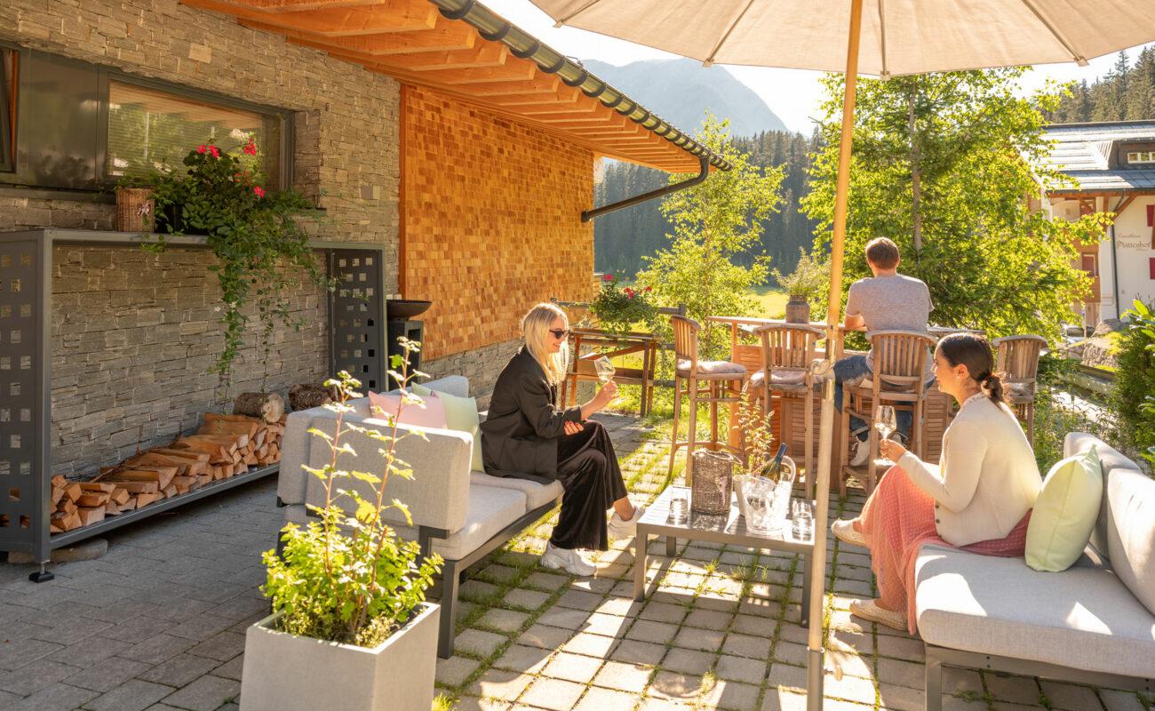 Mats_Lech_Sommer_Eingang_Garten_Trinken_Wein_Leute